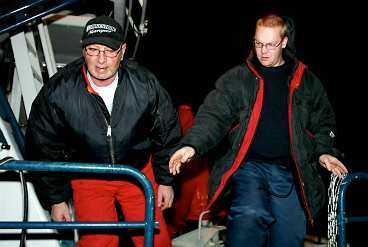 """RÄDDARNA Christer Karlsson och Mikael Johansson på Sjöräddningssällskapets fartyg Märta Collin räddade Jacob de Vries ur det iskalla vattnet. Några minuter tidigare har de sett hur helikoptern har kraschat i havet. """"Herregud, han störtar ju!"""""""