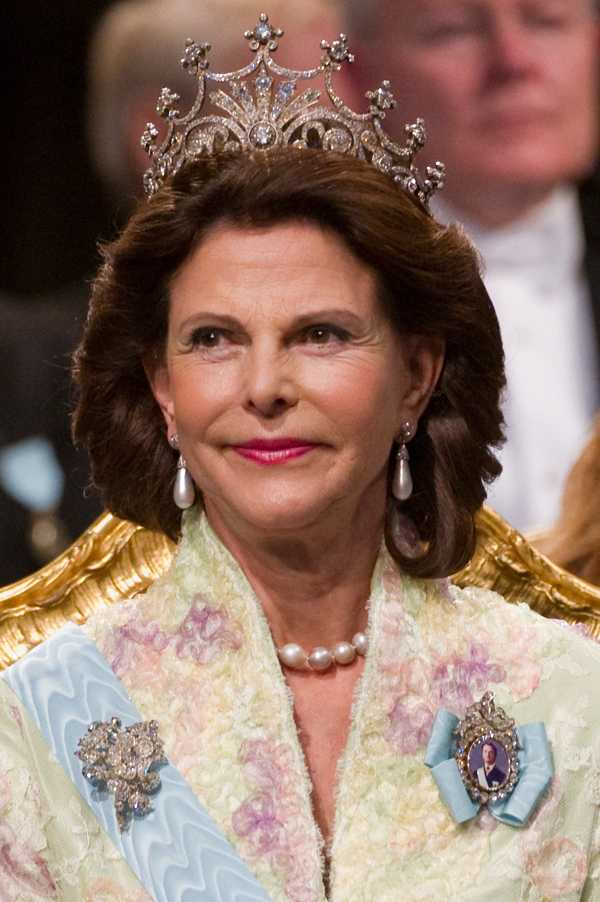 Drottning Silvia har värden, Nobelstiftelsens ordförande Magnus Storch, till bordet.