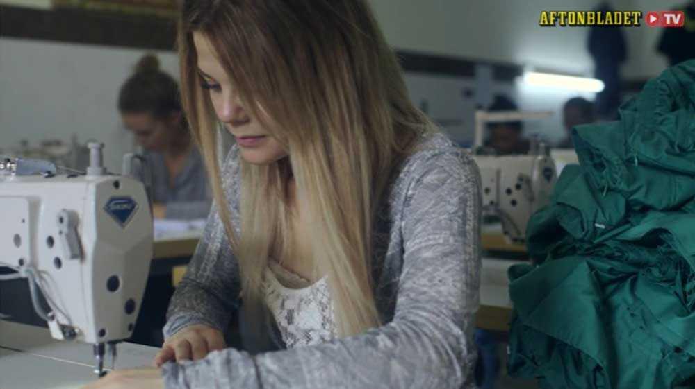 """SOM PÅ 1800-TALET I Aftonbladet TV:s nya satsning """"Sweatshop"""" åker modebloggana Sarah Tjulander och Lisa Tellbe till Phnom Penh i Kambodja för att jobba som textilarbetare. De möter kvinnor som syr kläder som säljs på H&M – och chockas av en värld som skulle platsa i Europas 1800-tal."""