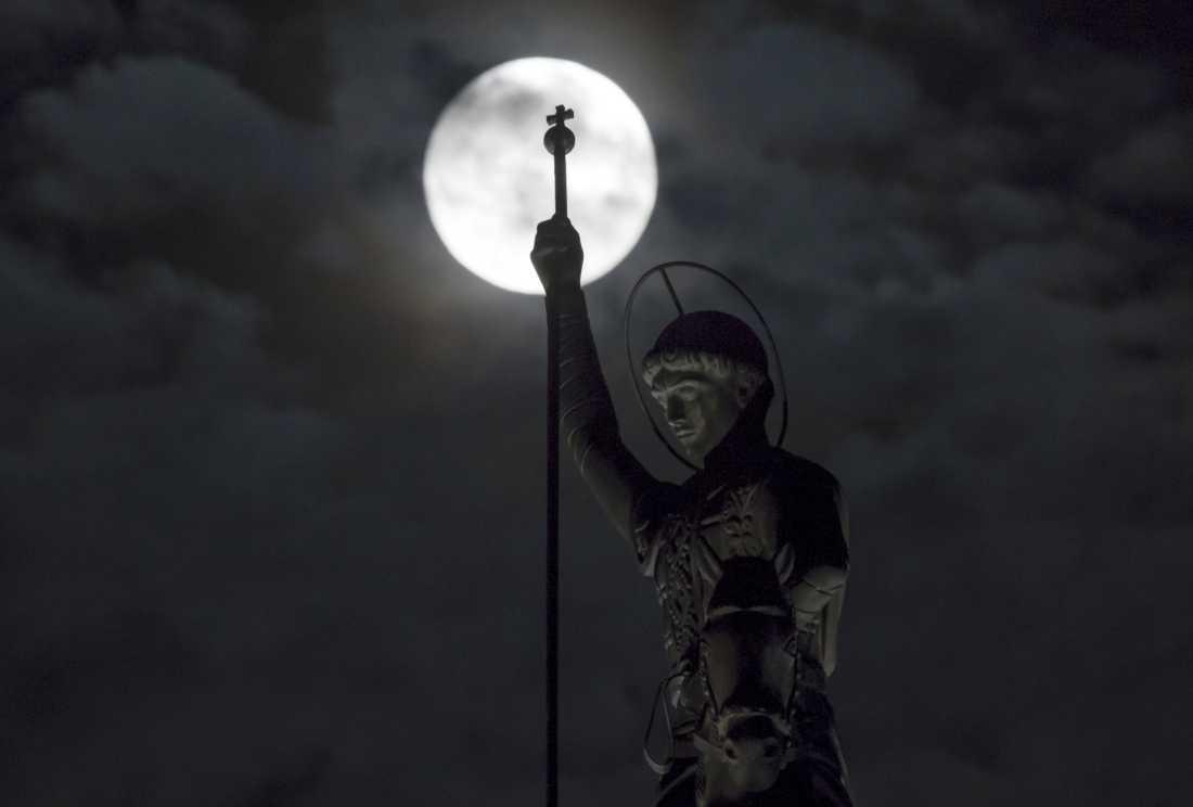 Ett monument över St George Segersäll syns mot månen i Ryazan, Ryssland.