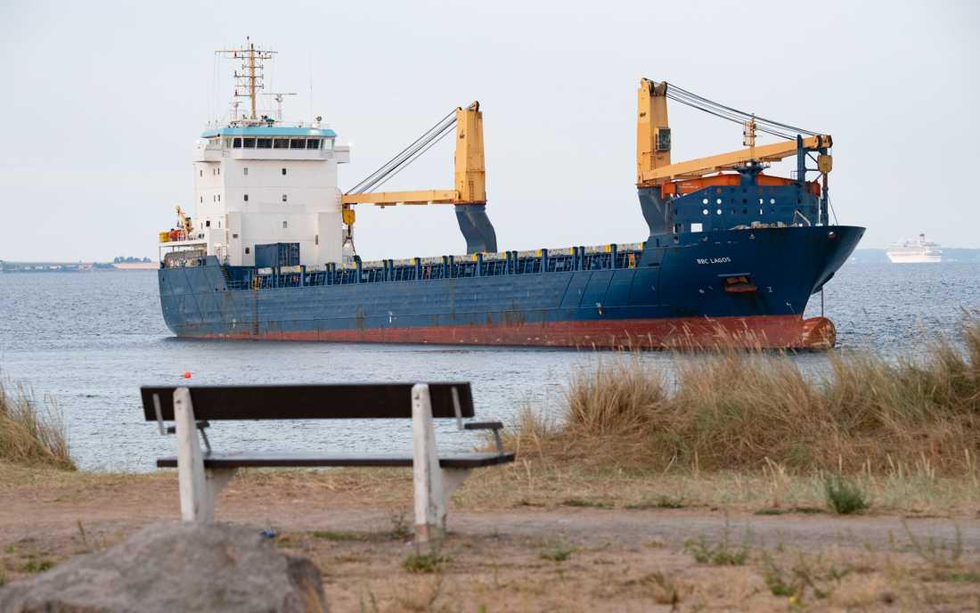 Det 130 meter långa fartyget ligger kvar på grund utanför Råå vallar på lördagsmorgonen.