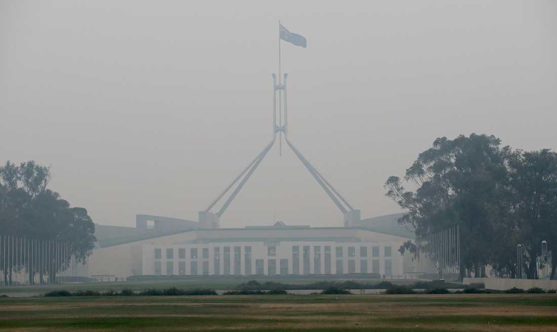 Brandröken har bäddat in den australiska huvudstaden Canberra.