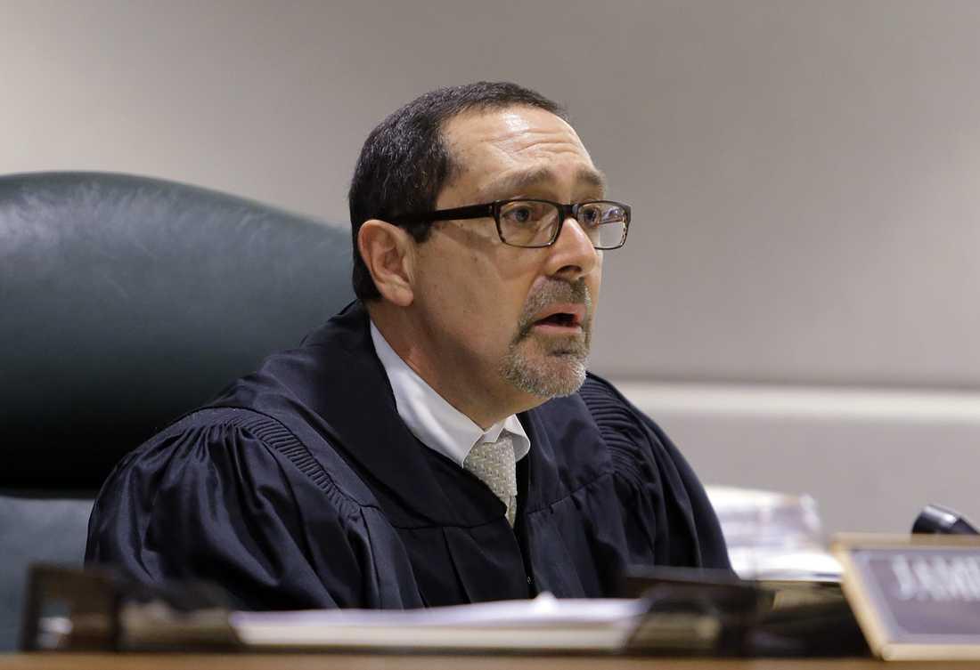 Domaren James R Dabney.