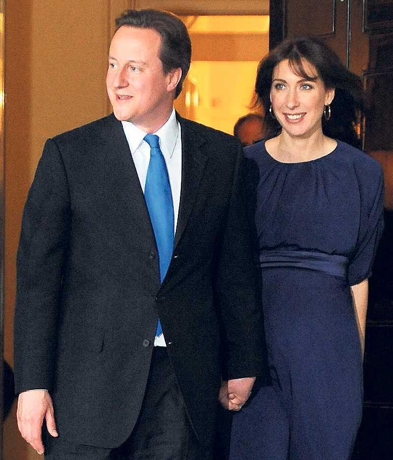 Flyttar in David och Samantha Cameron vid sitt nya hem, 10 Downing street. I Cameron får britterna en ledare som är sprungen ur aristokratin och påminner om det förflutna.