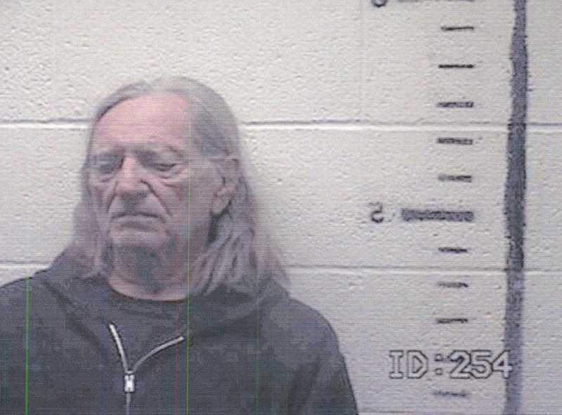 Willie Nelson greps den 26 november 2010 efter att polisen hittat marijuana på hans turnébuss.
