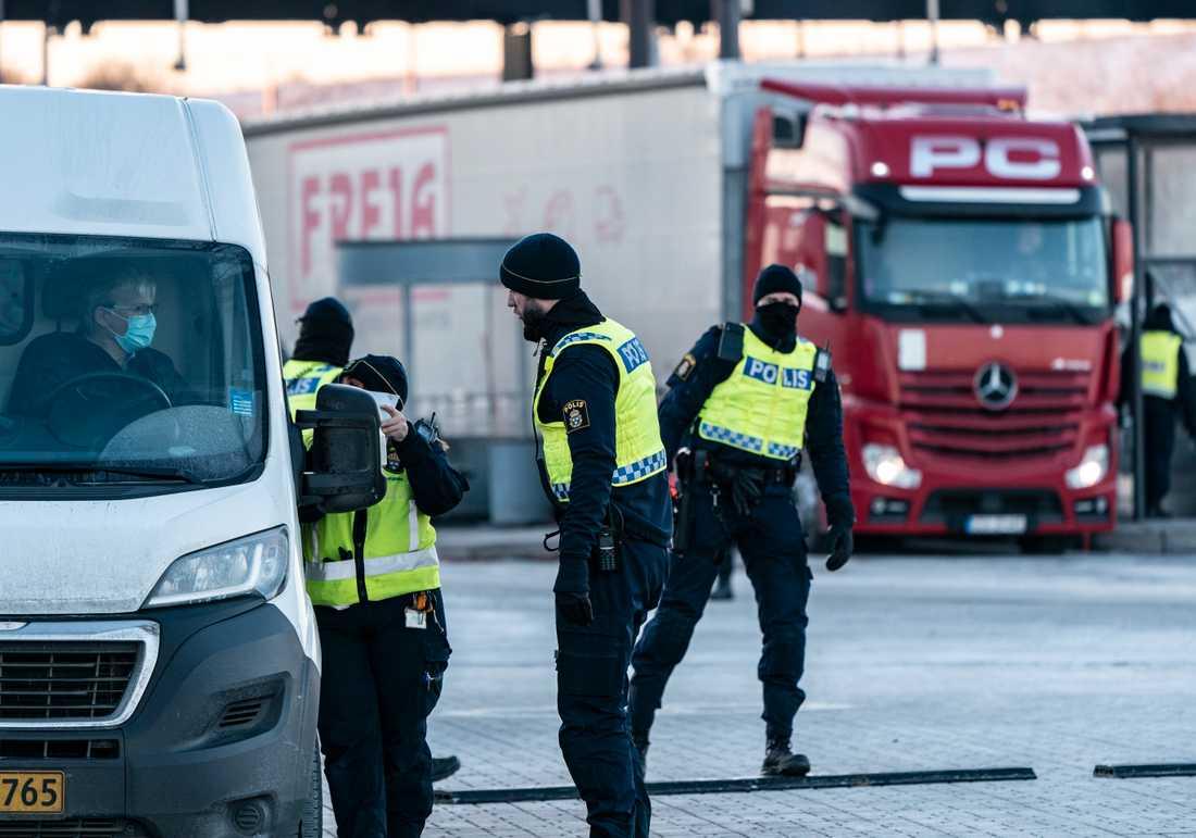 Polis och passkontrollanter på plats på den svenska sidan av Öresundsbron. Arkivfoto.