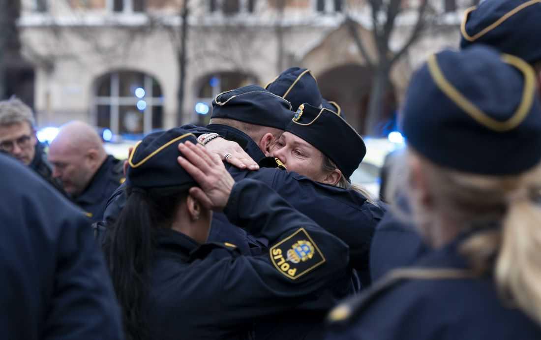 Tyst minut i Malmö följdes av kramar och tårar.