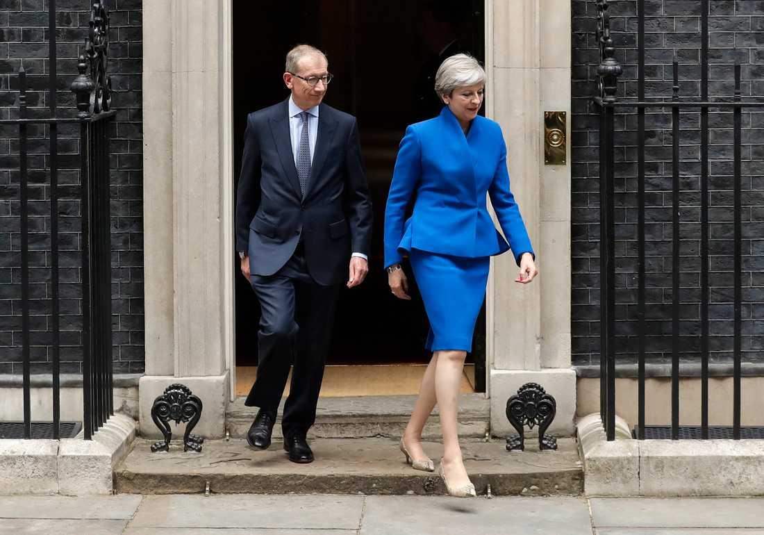 Theresa May och maken Philip lämnar 10 Downing street i London för att besöka drottning  Elizabeth II och be om tillstånd att bilda regering.