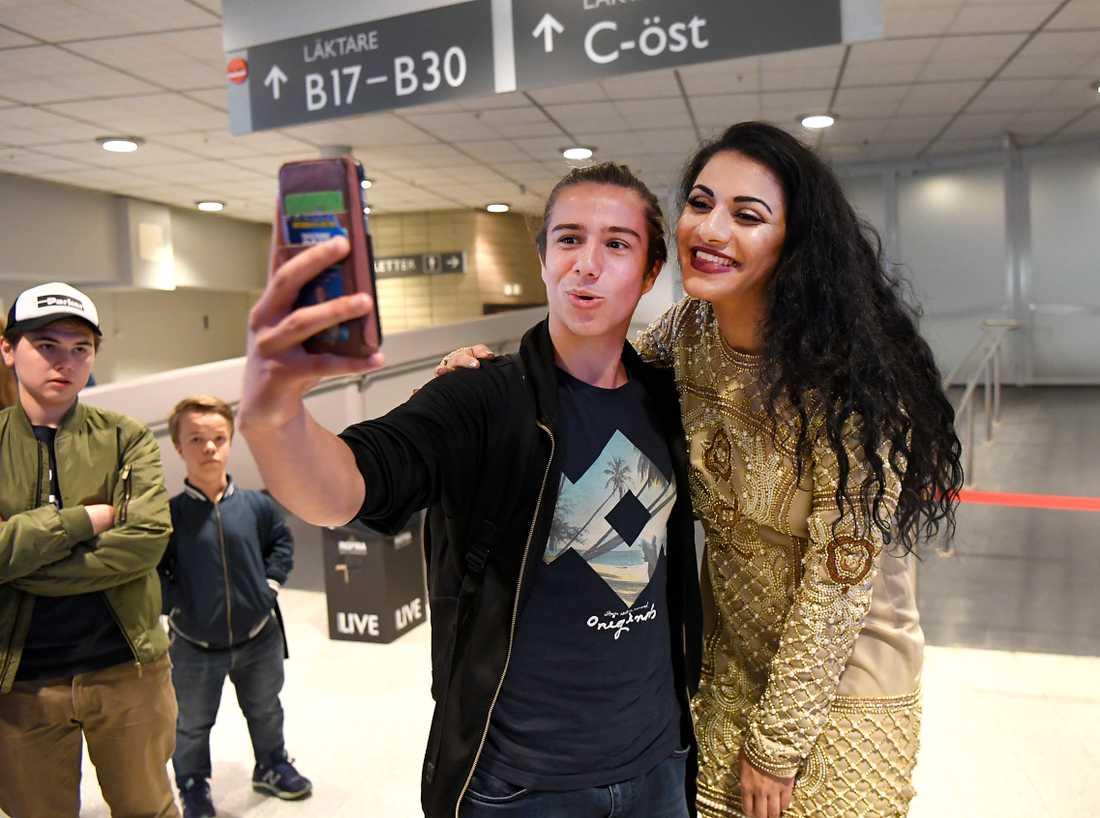 Marwa Karim var naturligtvis i fokus när eleverna ville ta selfie med hjältarna.