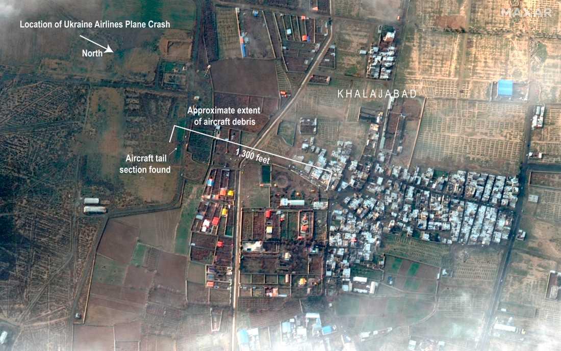 Denna satellitbild visar omfattningen av området där delar av planet hittats efter kraschen i Iran.