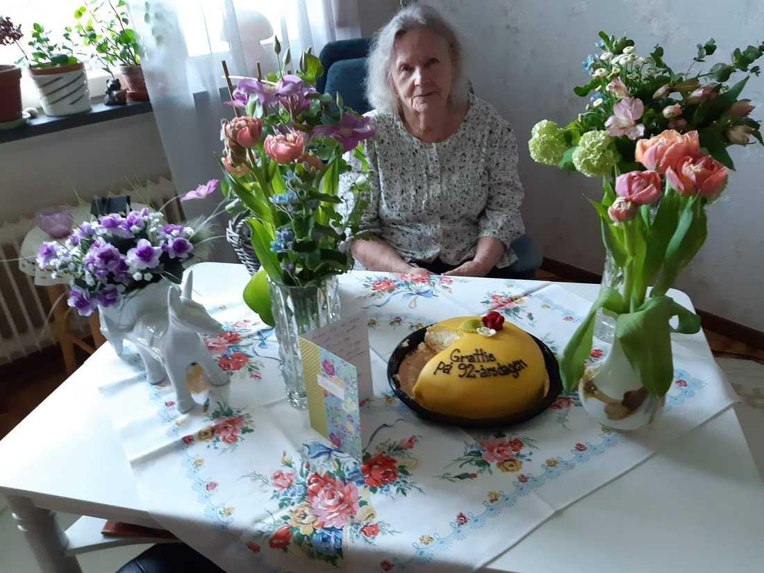 Födelsedagsbarnet Inga fick inte bara ta emot tårta från balkongen.
