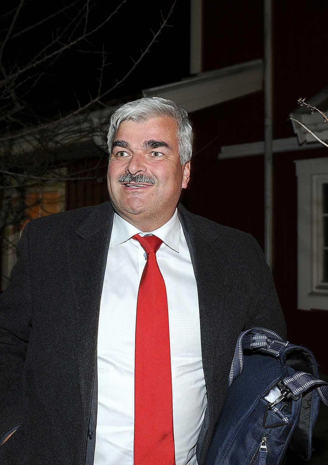 JOBB DIREKT Håkan Juholt kom inte hem till hemmets lugna vrå. Redan klockan 15 i dag blir det ny föreställning då S-ledaren håller pressträff.