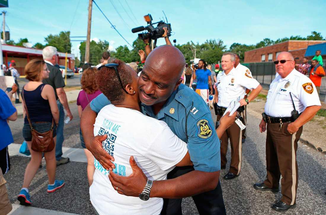 Kapten Ronald Johnson från polisen i Missouri kramar om Angela Whitman.