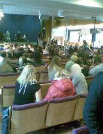 Eleverna samlades i aulan efter hotet.