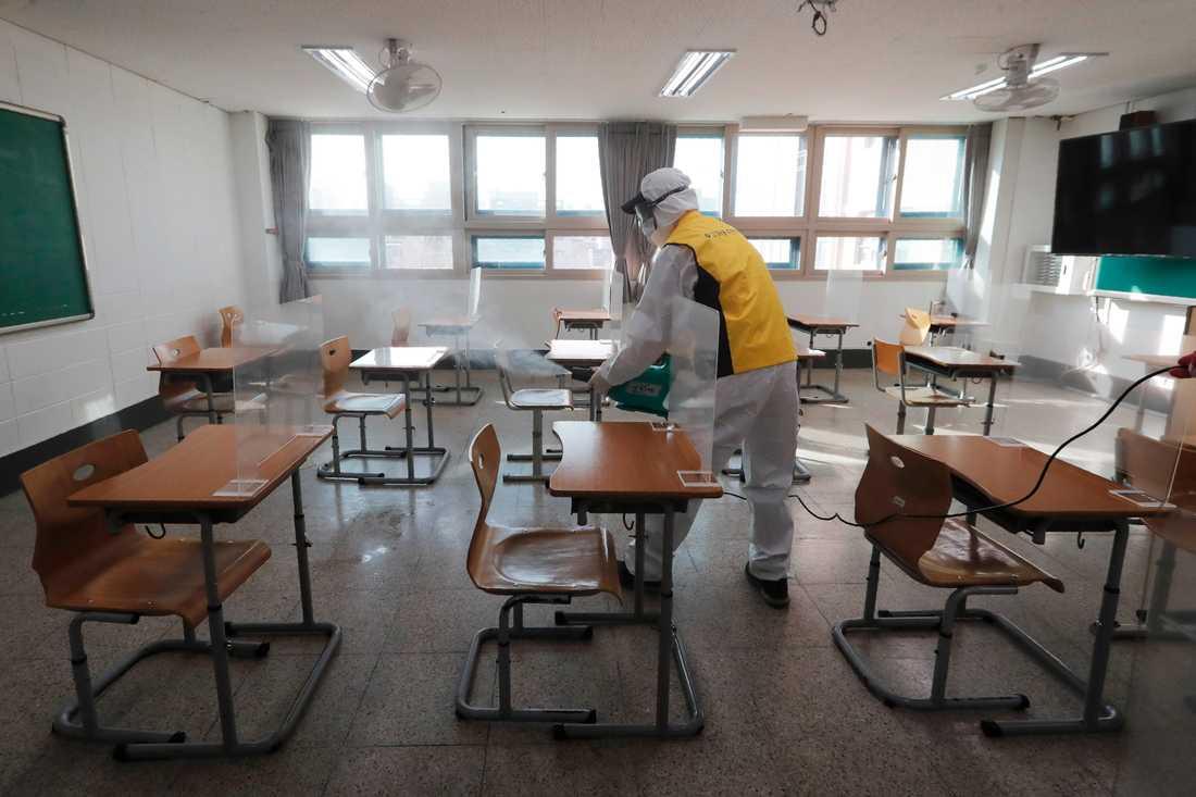 Provsalar desinficeras inför högskoleprovet CSAT i Sydkorea.