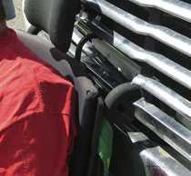 Handtagen bak på rullstolen hakade i lastbilens grill.