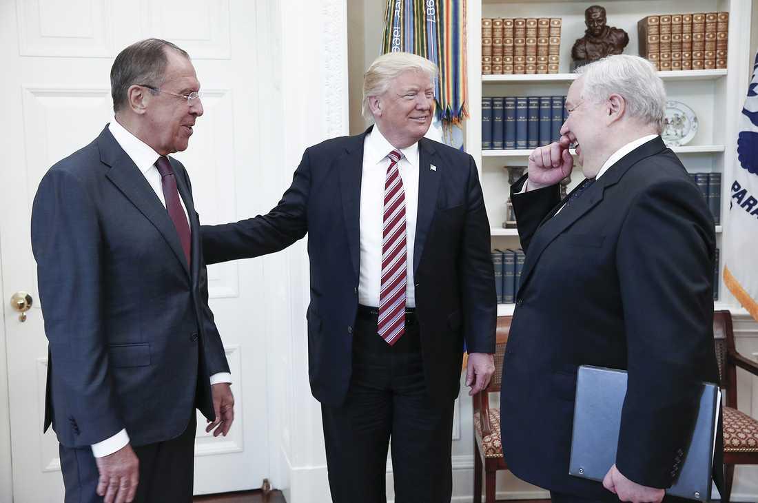 Rysslands utrikesminister Sergej Lavrov, Donald Trump, och ryske ambassadören Sergej Kislyak i Vita huset.