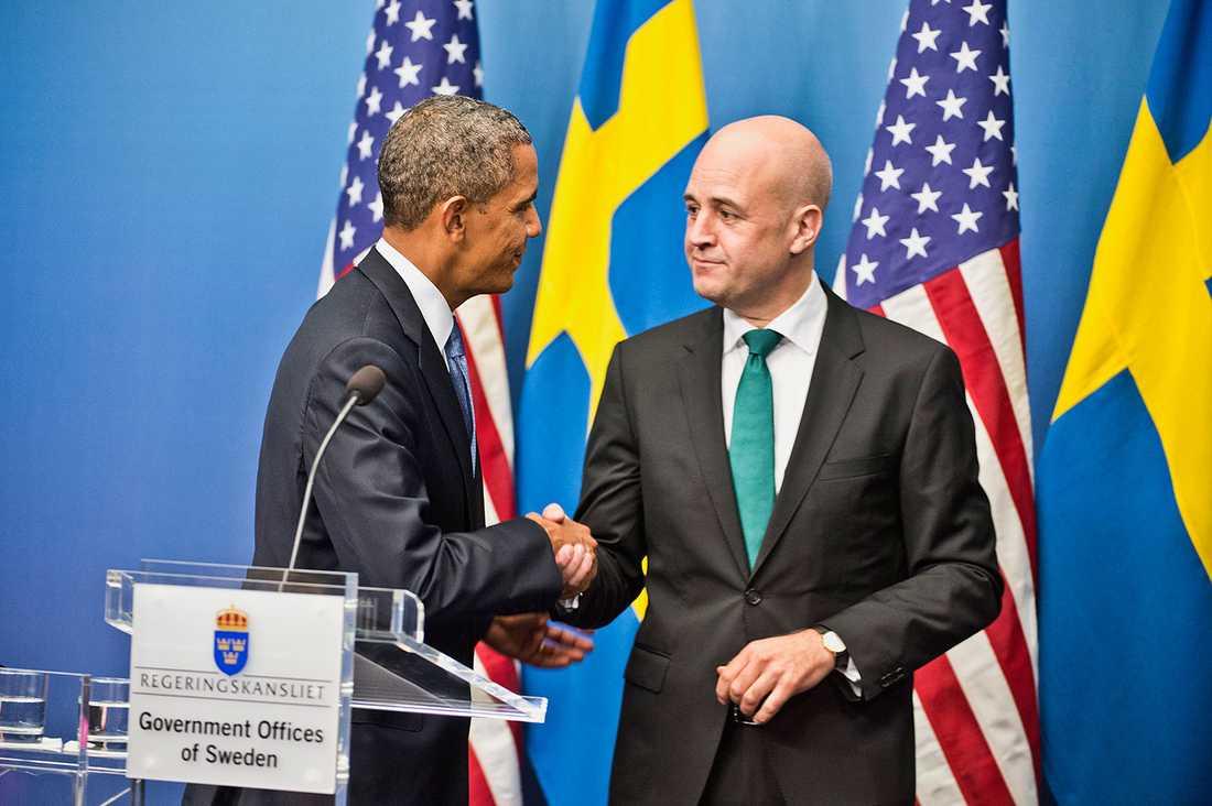 Statsminister Fredrik Reinfeldt bar innan och under besöket en trekantig parisisk knut.