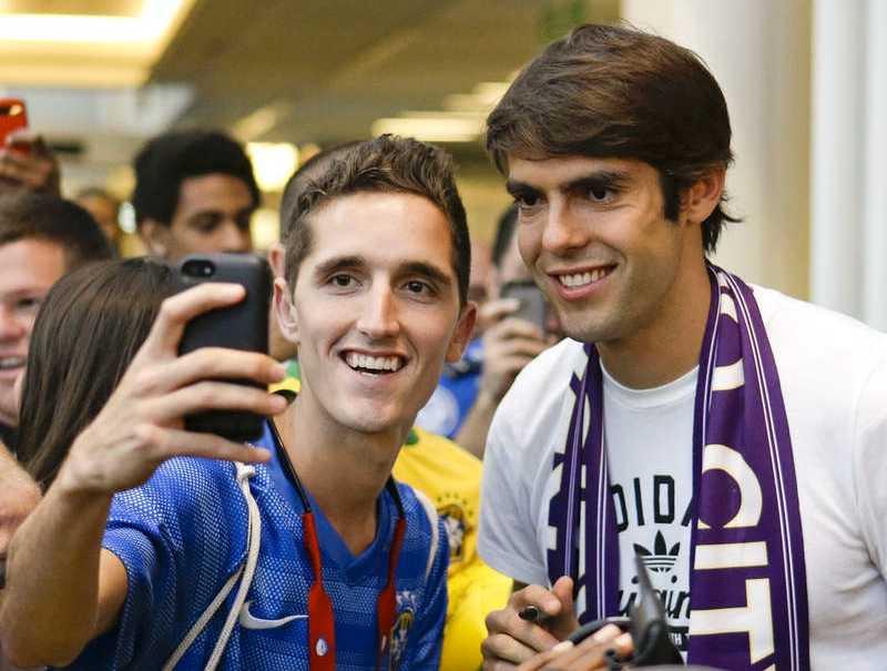 Ett fan tar en selfie tillsammans med Kaka på en flygplats i Orlando.