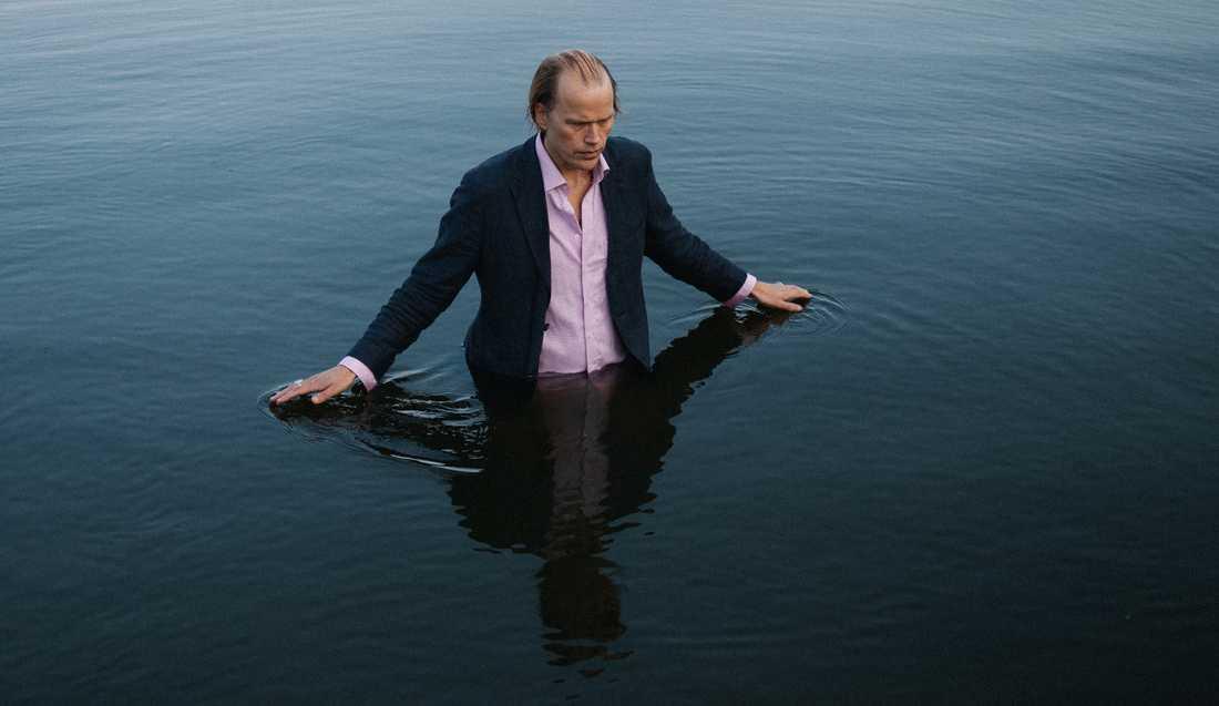 Det kan måhända se så ut men Christian Kjellvander sitter sannerligen inte i sjön med nya skivan.