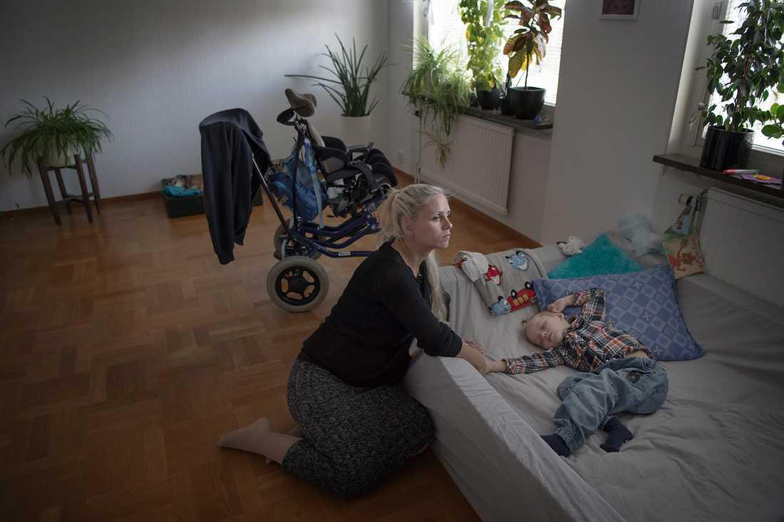 """""""Cimon är som en tvåmånaders bebis, han kan absolut ingenting"""", säger Lina Andersson. På dagarna ligger Cimon ofta i en bassäng av skumgummi på golvet i vardagsrummet."""