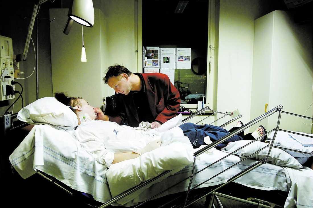 """Dennis Nilsson är på sjukhuset varje dag. """"Det är inte bara att åka och besöka frun. Det är mycket annat att hålla koll på också. Det tär på psyket"""", säger Dennis."""