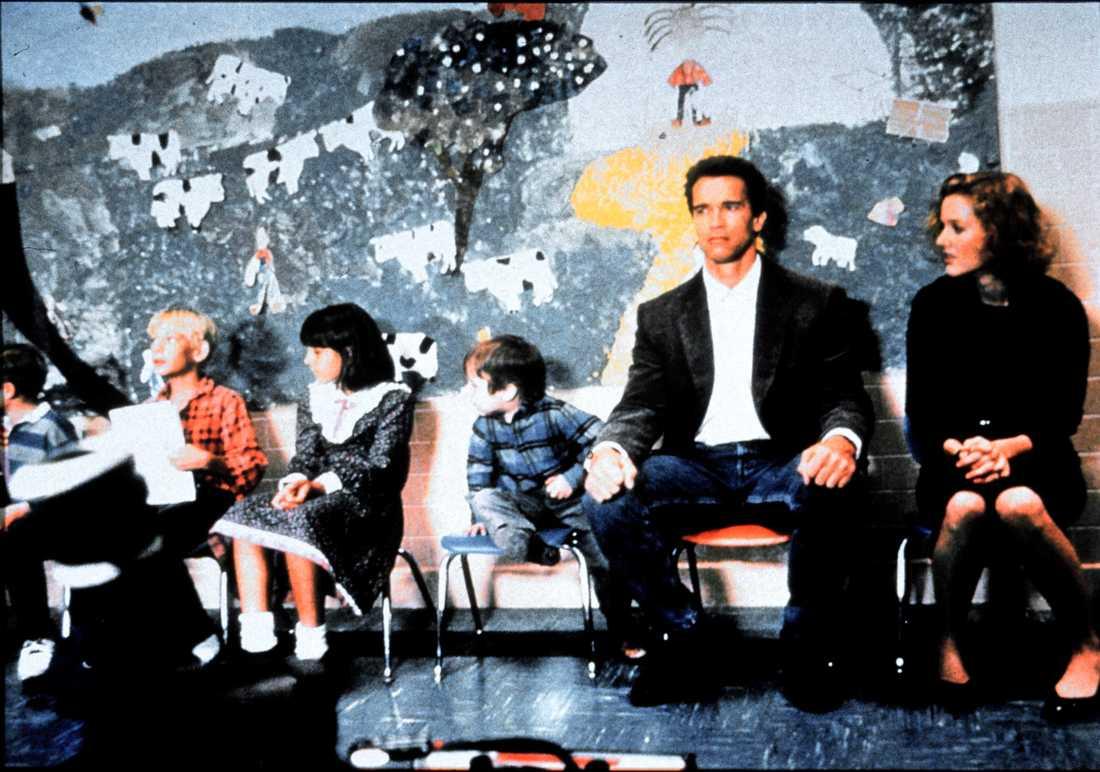 "Arnold Schwarzenegger och Penelope Ann Miller i ""Dagissnuten""."