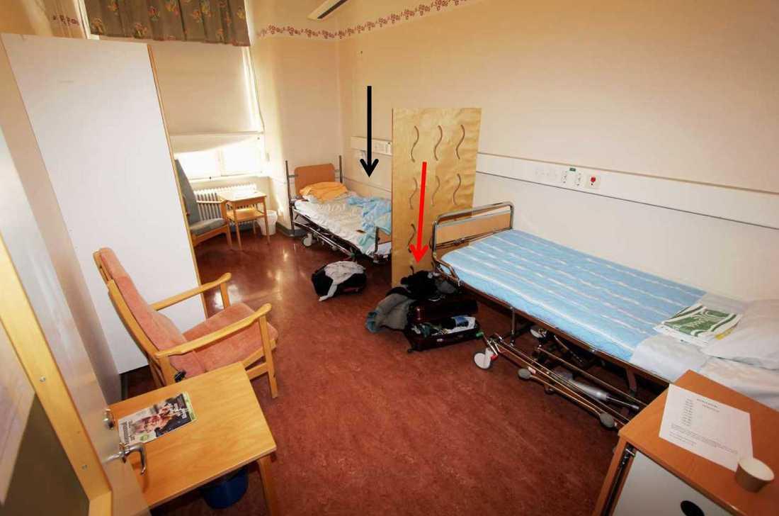 En man försökte strypa en annan patient på en psykiatrisk akutvårdsavdelning vid Sankt Görans sjukhus i Stockholm. Bilden visar den misstänktes rum. Svart pil markerar hans säng, röd pil markerar hans ryggsäck. Bilden kommer från polisens förundersökning.