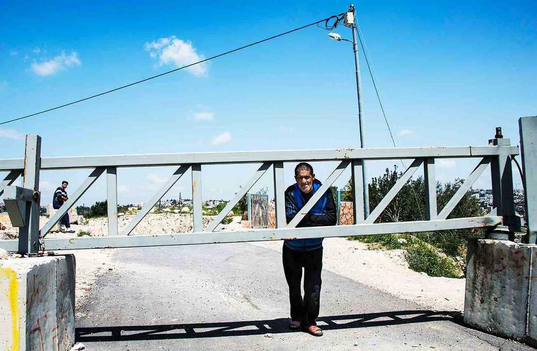 Vid gränsen till Jerusalem står Omar Hajajleh, hans hus är hotat av nybyggnationen.