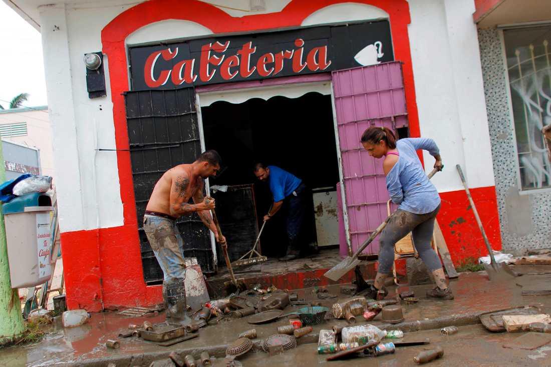 Människor städar upp efter orkanen Maria i Arecibo, Puerto Rico.