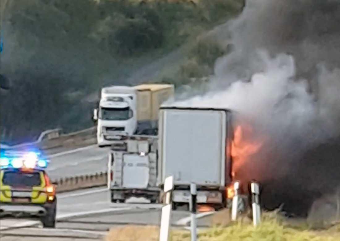 Lastbilen i brand på E4.