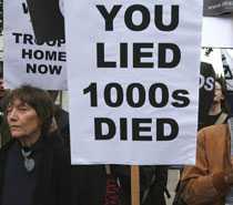 Demonstranter protesterade i närheten av Downing Street mot kriget i Irak.