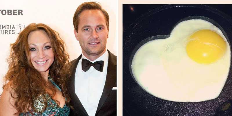 Gravida Charlotte Perrelli firar kärleken till Anders Jensen med ett ägg.