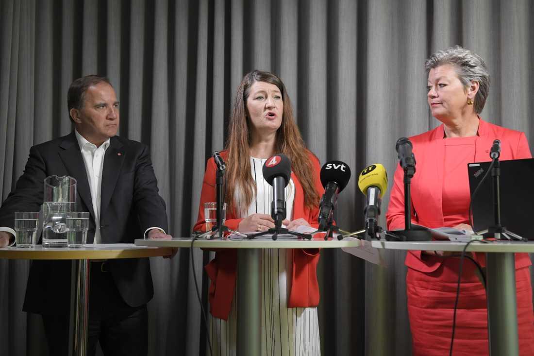 S-ledaren Stefan Löfven, LO-förbundet Handels ordförande Susanna Gideonsson och arbetsmarknadsminister Ylva Johansson (S) på en pressträff inför valet förra året, med löften som S sedan tvingats backa ifrån. Arkivbild.