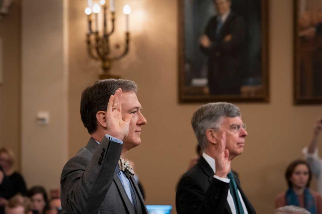 Den högt uppsatte amerikanske UD-tjänstemannen George Kent och William Taylor, USA:s chargé d'affaires i Ukraina, svär eden inför utfrågningen i representanthuset.