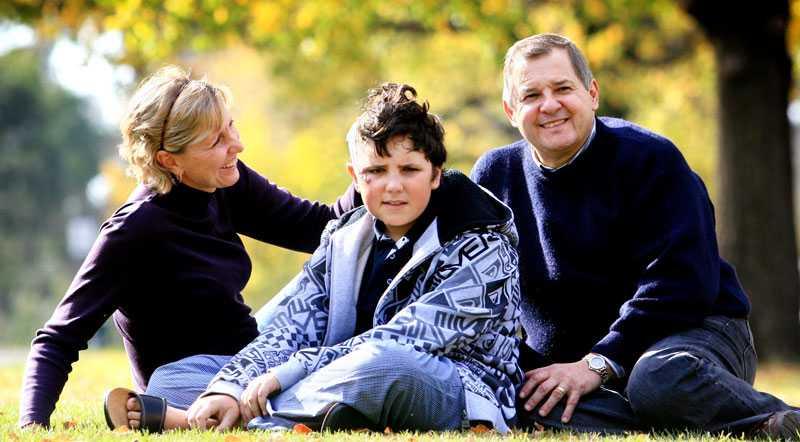 Mår bra idag Nicholas Rossi, här med sin mamma Karen och pappa Michael är idag tacksamma för att läkaren på det lokala sjukhuset tog till den minst sagt drastiska metoden att borra upp Nicholas huvud med en borrmaskin.
