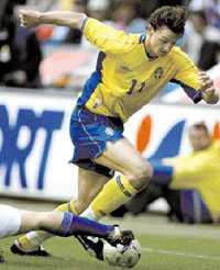 STOPPAD   ALLT SOM OFTAST Zlatan gjorde visserligen Sveriges enda mål i går, men i övrigt lämnar det svenska anfallsspelet en del att önska. De svenska anfallarna fick, främst i den andra halvleken, få bollar att jobba på. Efter matchen var Zlatan irriterad.  När jag inte får de bollar jag är van vid blir jag stillastående , säger han.