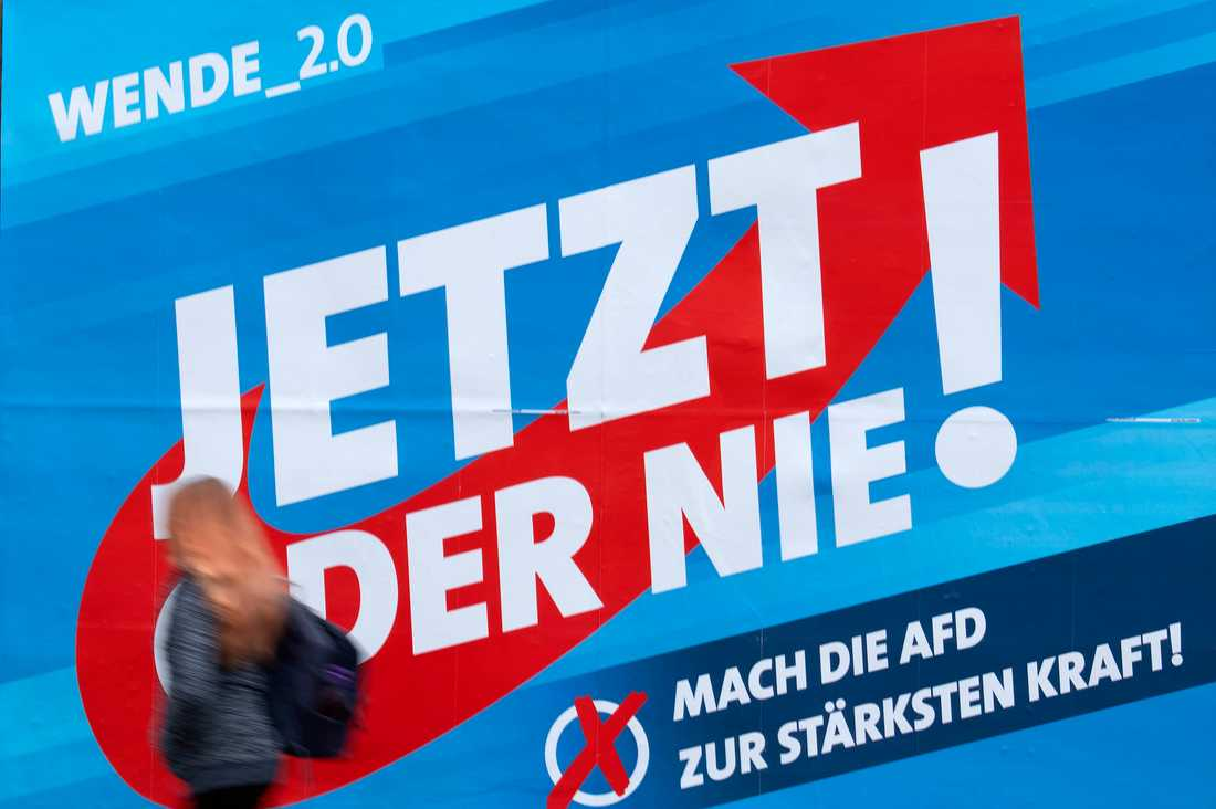 En kvinna passerar en affisch tillhörande Alternativ för Tyskland (SFD) inför valet i Thüringen.