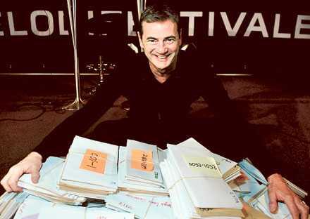 Christer Björkman med bidragen för 2009 års Melodifestival. Han är även med och uppmanar juryn om bredd och andra för programmets upplägg viktiga infallsvinklar.