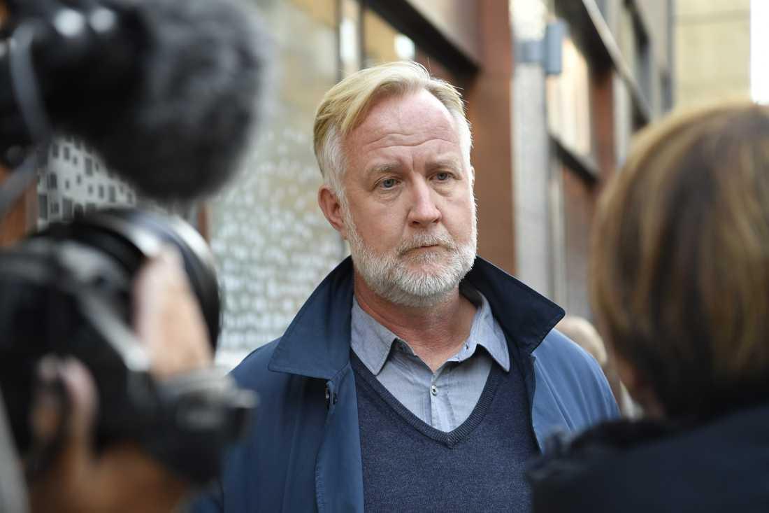 Liberalernas rättspolitiske talesperson Johan Pehrson anländer till samtalen om hur gängvåldet ska kunna stoppas på Justitiedepartementet i Stockholm.