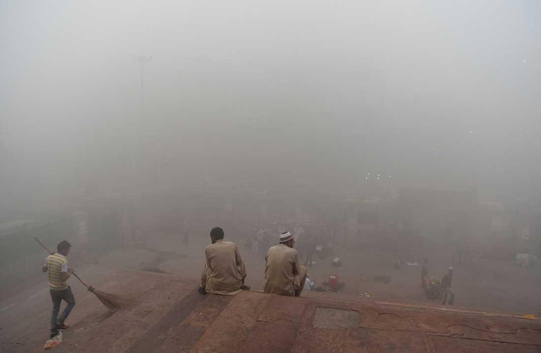 Besökare utanför Jama Masjid-moskén.