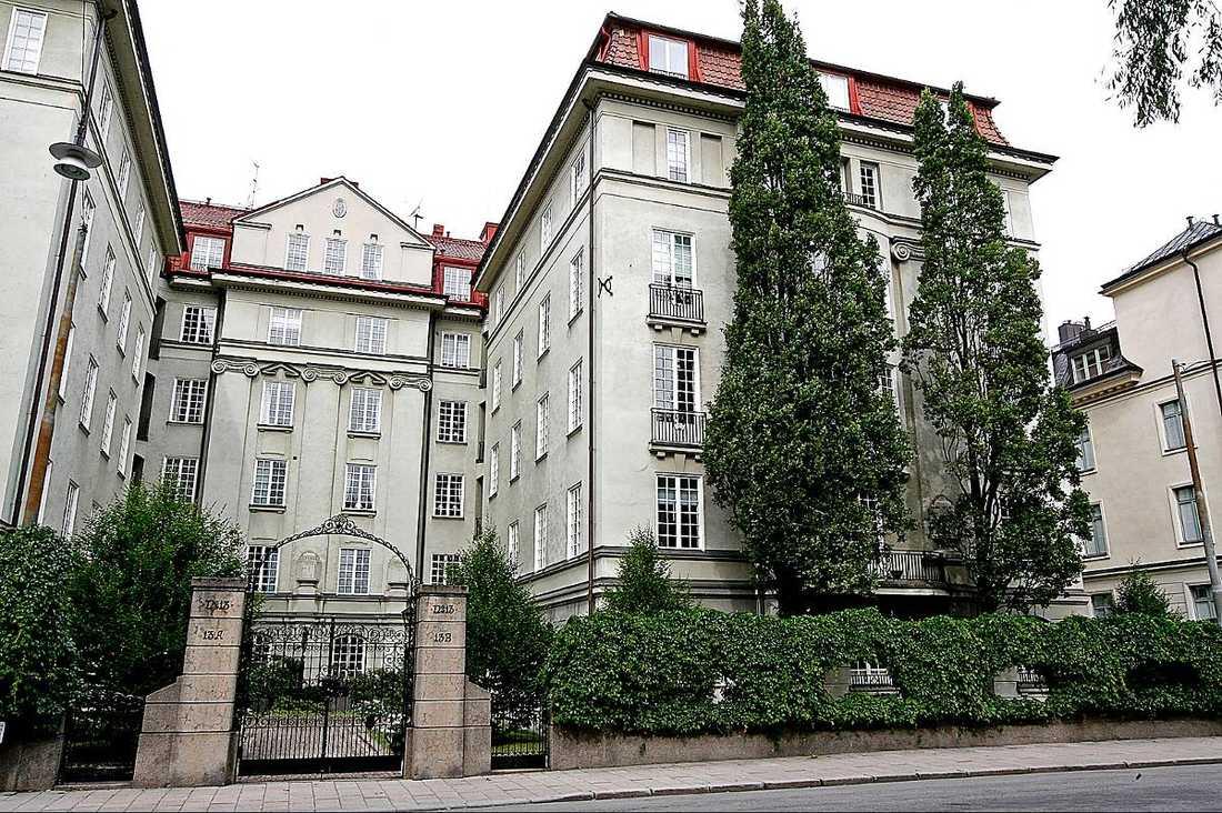 PARADVÅNING  Lena Philipsson och Per Holknekt äger en lägenhet i lyxiga Kreugerska huset på Östermalm i Stockholm.