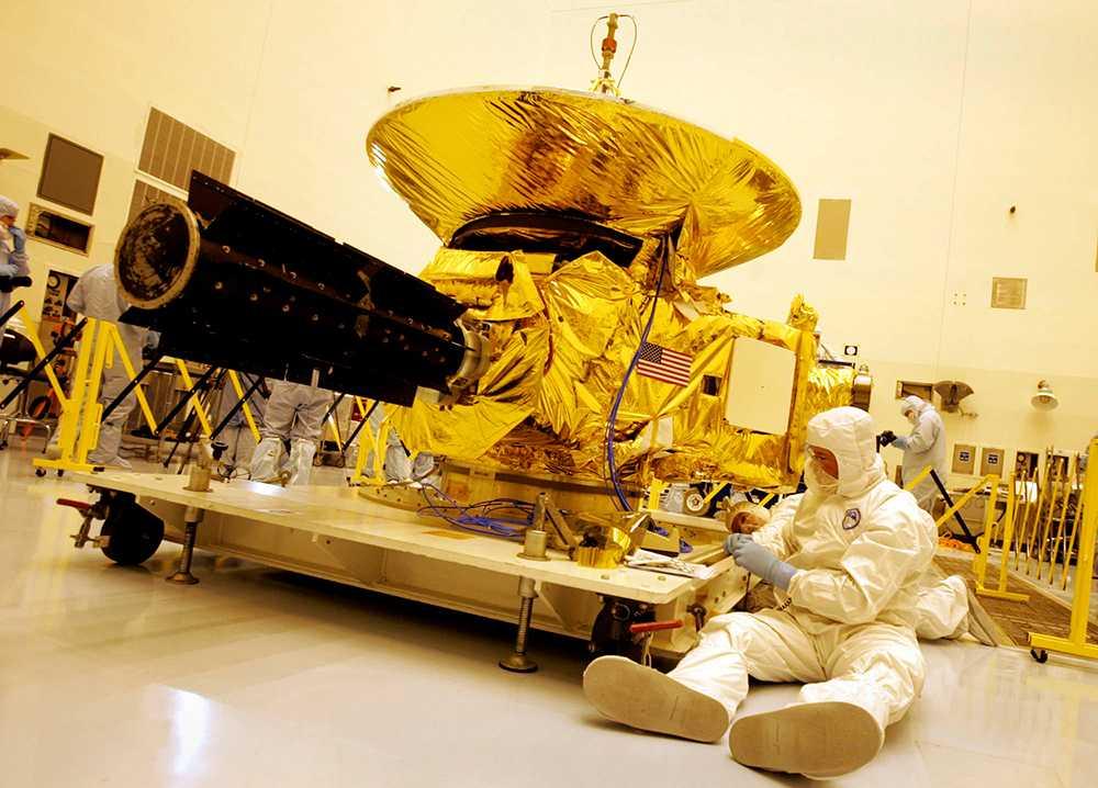 Tekniker på Nasa arbetar med New Horizons-farkosten innan uppskjutet 2006.