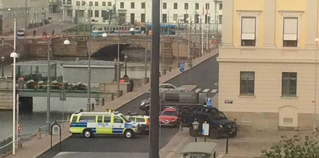 Polispådrag vid Göteborgs stadshus efter ett bomblarm.