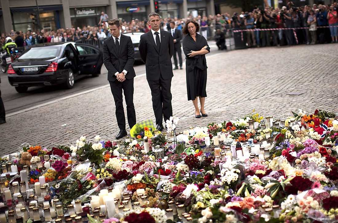 Norges statsminister Jens Stoltenberg deltar i en minnesceremoni för offren i terrorattacken.