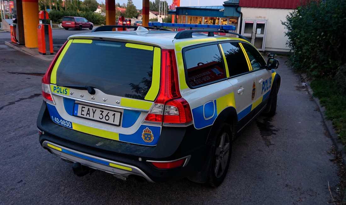 En kvinna i 30-årsåldern hittades bunden i ett dike. Hon uppger att hon utsatts för ett sexualbrott, enligt uppgifter till Aftonbladet.