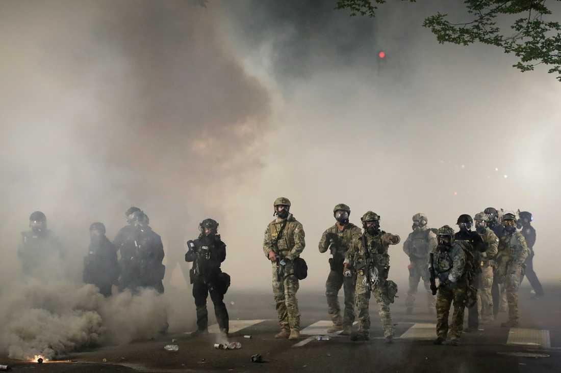 Federal polis avancerar mot en Black Lives Matter-protest vid  i Portland, USA, under fredagen.