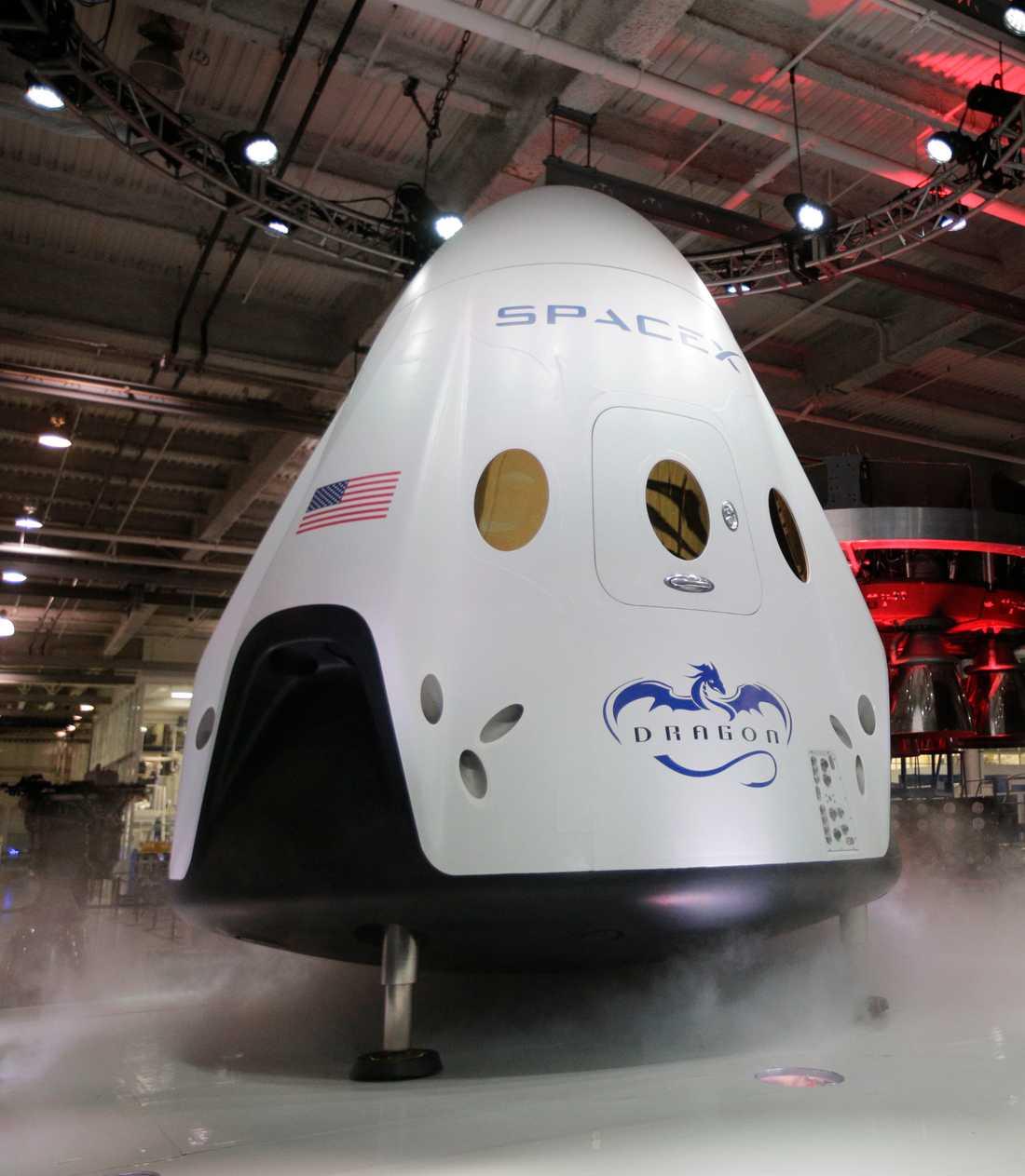 Rymdfarkosterna Dragon 2 och Starship ska båda testas redan om någon månad, skriver Elon Musk, vd för rymdföretaget SpaceX, på Twitter.