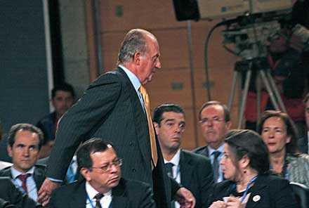 Kung Juan Carlos lämnar upprörd mötet.