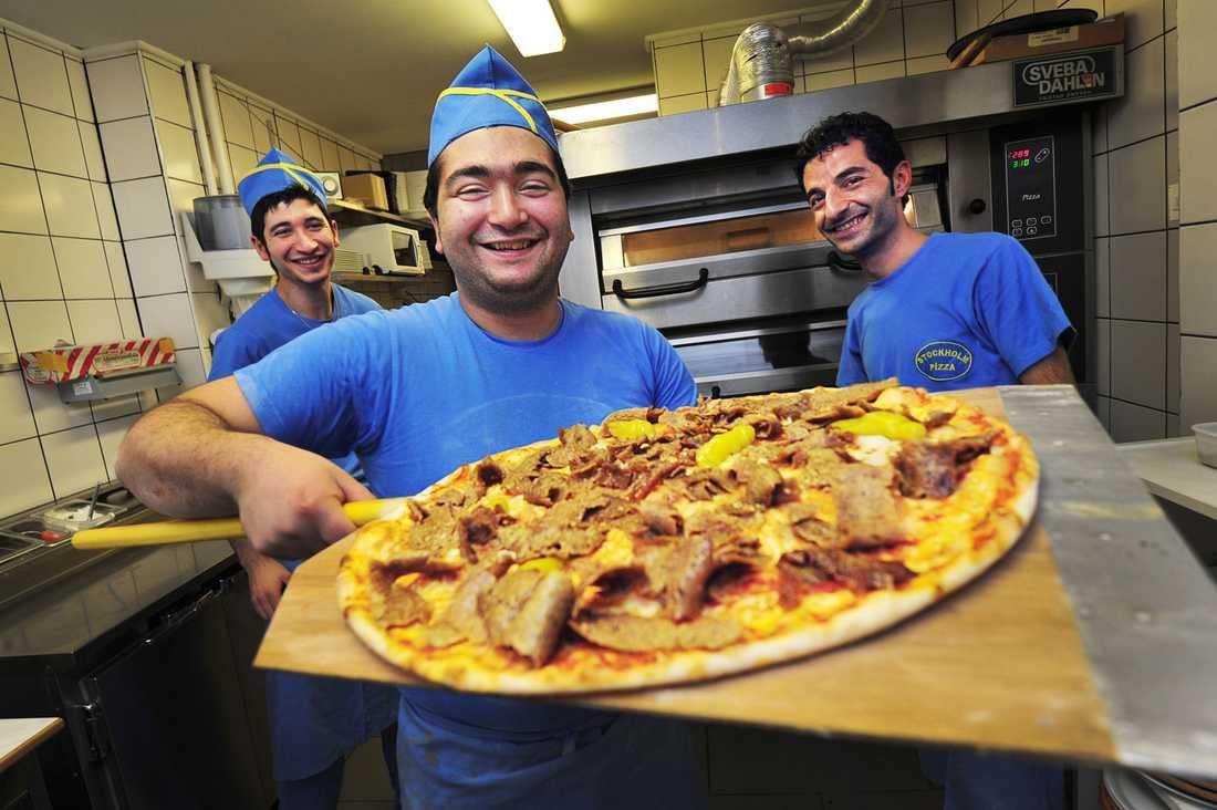Kadir Akdeve, Yalcin Öztek och Yasin Akdemir gör sig redo för årets pizzadag nummer ett – nyårsdagen.